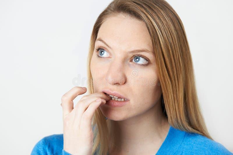 Студия снятая ногтей слабонервной женщины сдерживая стоковое изображение rf