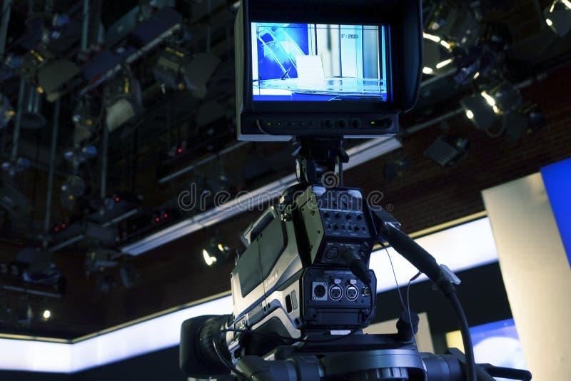 Студия телевидения с камерой и светами - тв-шоу записи стоковое фото