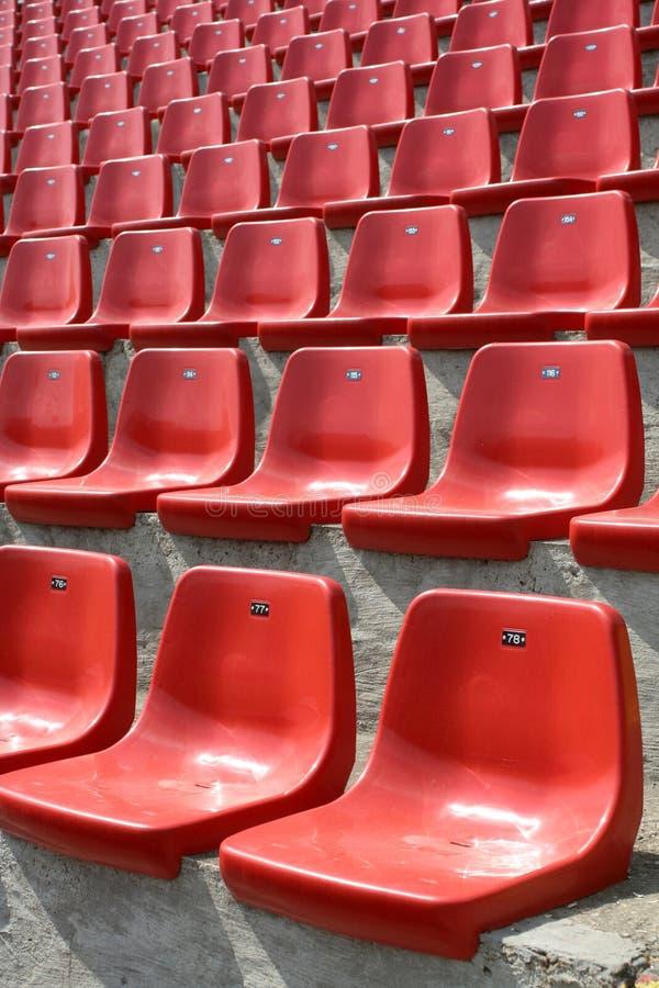 стулы опорожняют красный цвет стоковая фотография rf