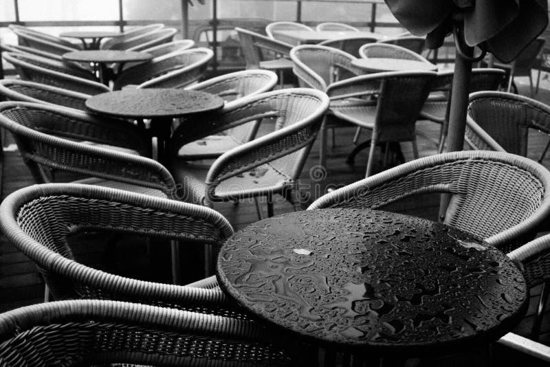 стулы опорожняют стоковые фото