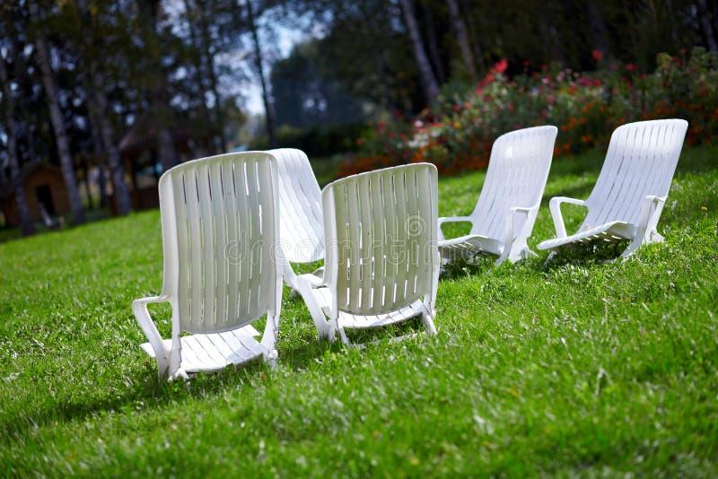 стулы ослабляют к белизне стоковое фото