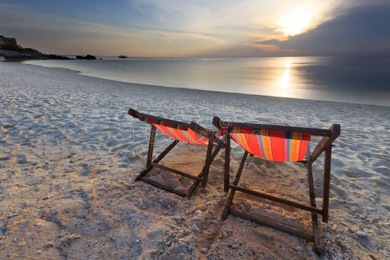 Стулы пляж и заход солнца пар стоковая фотография rf