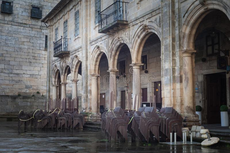 Стулья ждать туристов в области Santiago de Compostela Галиции, Испании стоковое фото