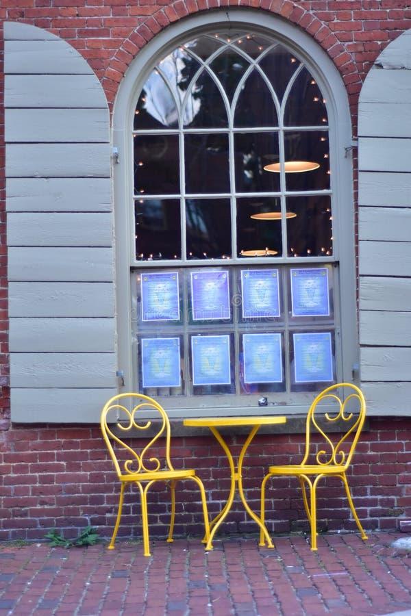 Стулья таблицы окна стоковые фото