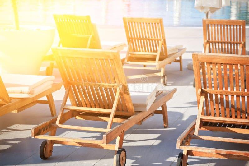 Стулья Poolside гостиницы стоковая фотография