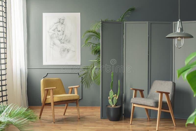 2 стуль стоя на деревянном поле в ne серой комнаты внутреннем стоковые фото