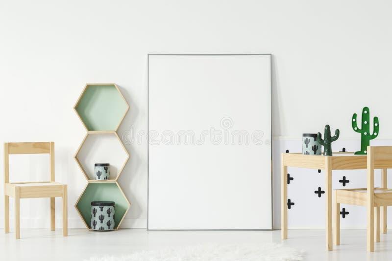 Стул на деревянном столе с кактусом в интерьере комнаты ` s ребенка с стоковое фото rf