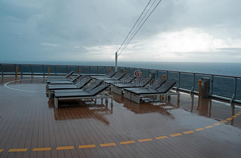 Стул на палубе туристического судна стоковые фотографии rf