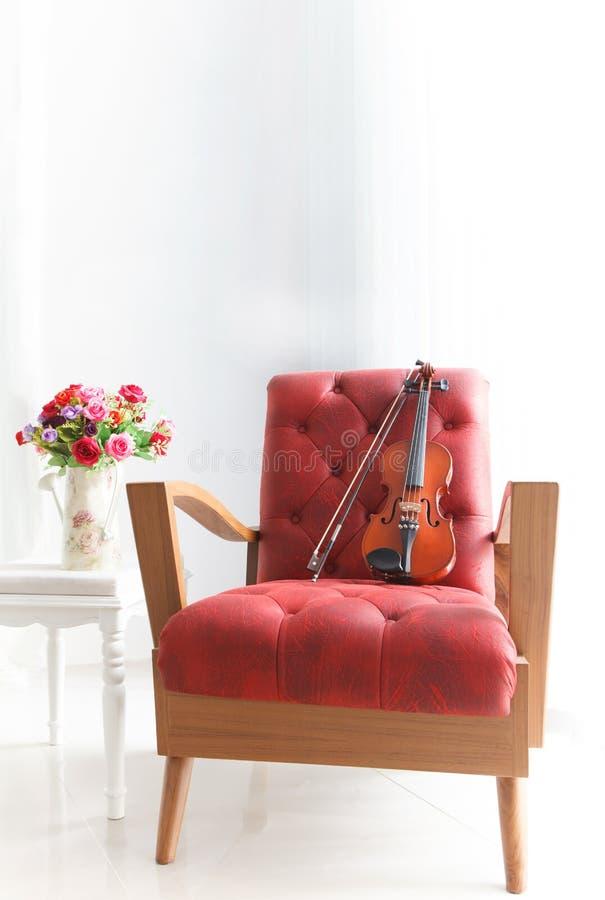Стул рукоятки Ed кожаный деревянный с скрипкой в белом roo стоковые изображения