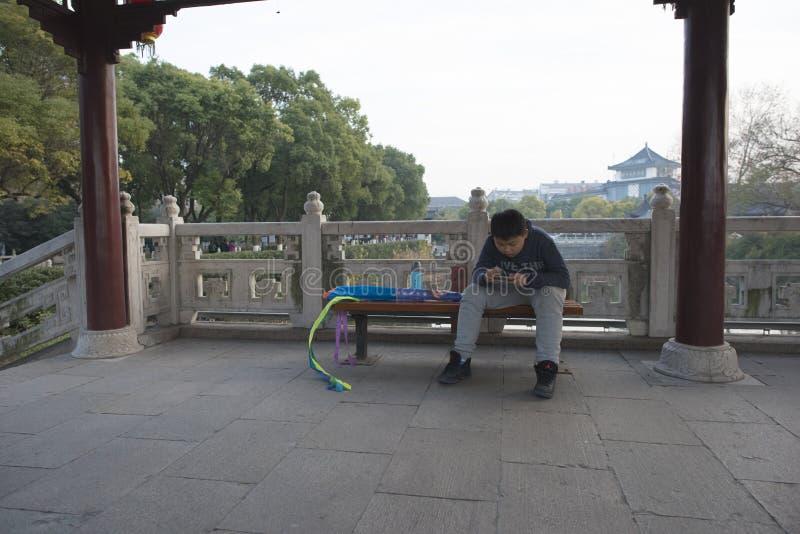 Стул в парке для того чтобы сыграть передвижного мальчика игры стоковое изображение