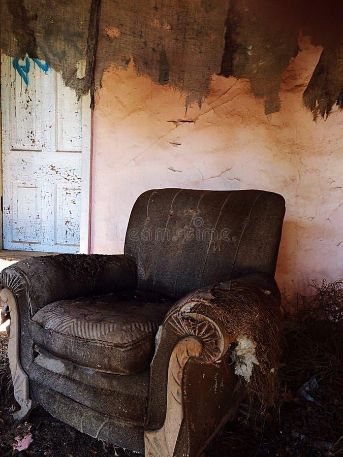 стул в покинутом доме стоковые фотографии rf
