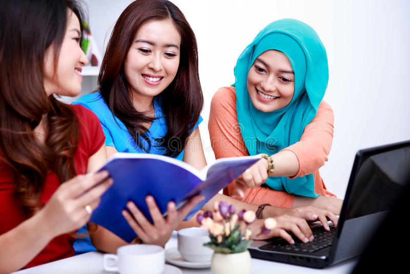 3 студента колледжа обсуждая о их вопросе лекции стоковое фото