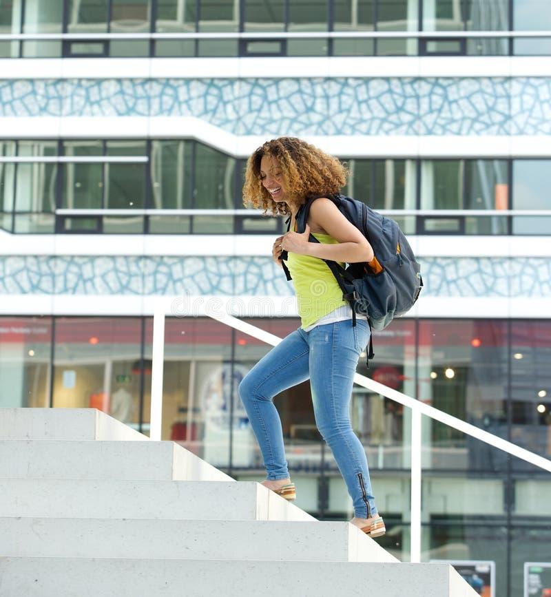 Студентка идя на кампус стоковые фотографии rf