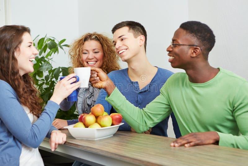 Студенты выпивая кофе в café стоковое изображение rf