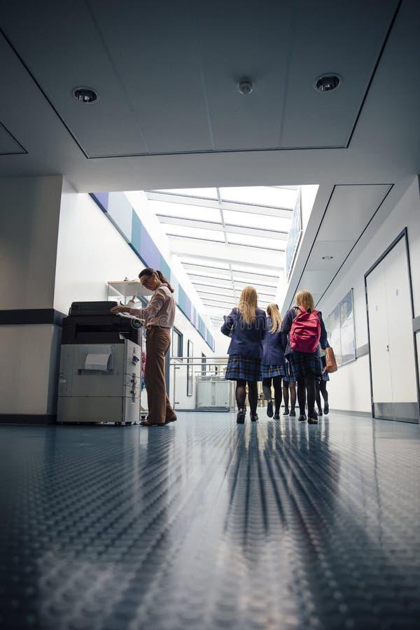 Студенты в коридоре стоковое изображение rf