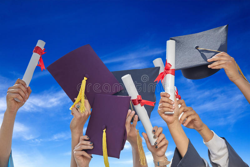 Студенты градуируют с шляпами и дипломами стоковое фото rf