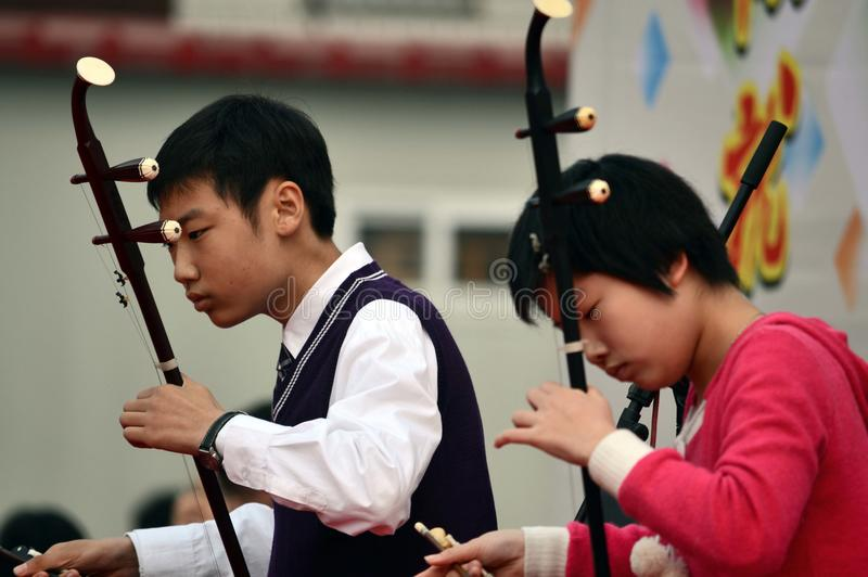 студенты играя erhu стоковые изображения