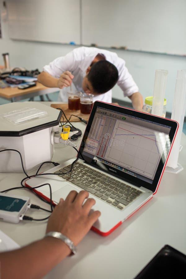 Студенты изучают химию и науку в laborat ` s университета стоковое изображение rf