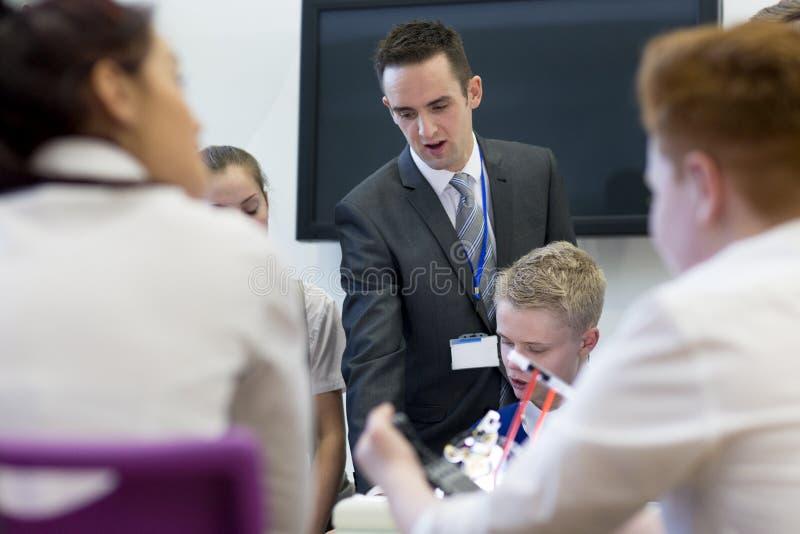 Студенты и учитель в уроке стоковые фото
