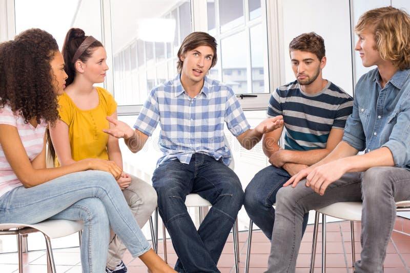 Студенты колледжа в переговоре стоковые изображения rf