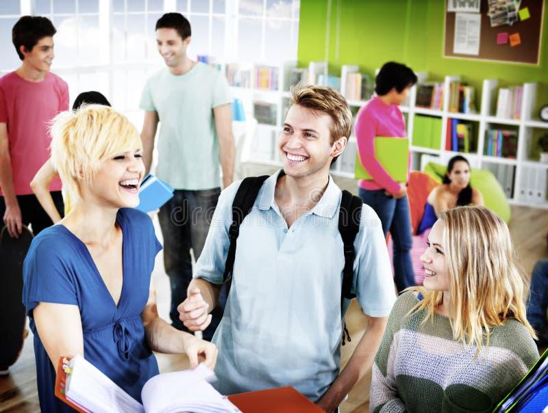 Студенты колледжа уча концепцию университета образования уча стоковые изображения rf