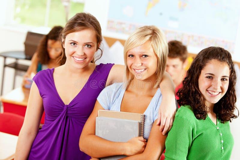 Студенты: Милая группа в составе подруги стоковое изображение