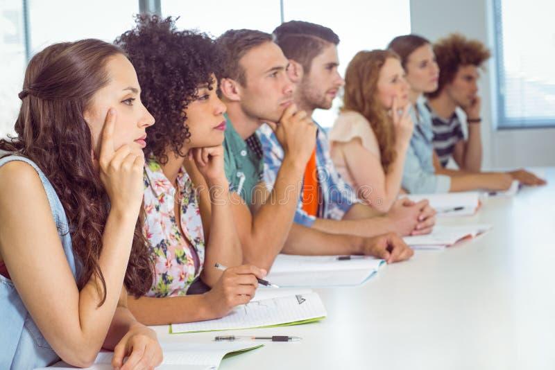 Студенты моды быть внимательный в классе стоковые фото