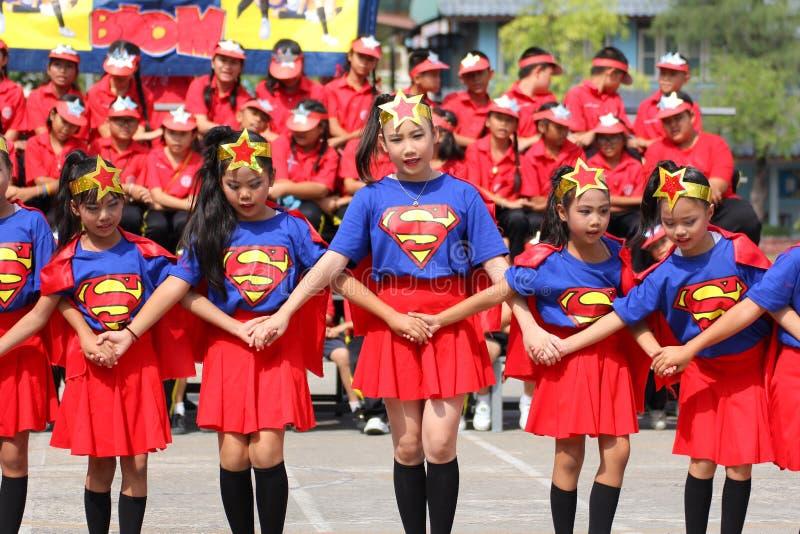 Студенты начальной школы спорт чирлидера стоковое изображение rf