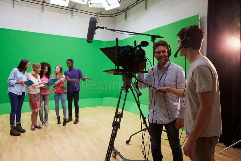 Студенты на курсе исследований средств массовой информации в студии ТВ стоковое изображение rf
