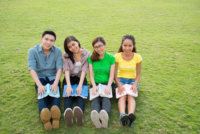 Студенты на лужайке стоковые изображения