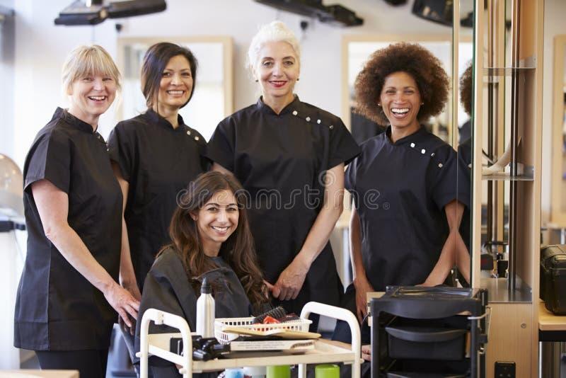 Студенты порции учителя зрелые в парикмахерских услугах стоковое фото