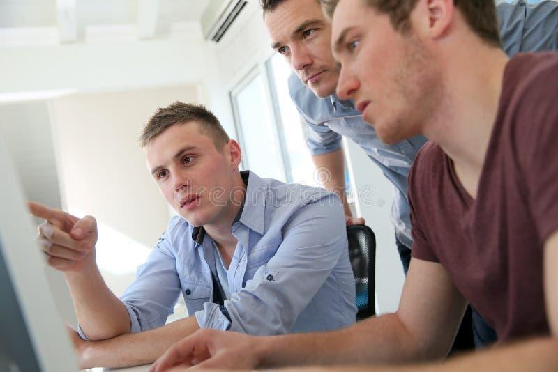 Студенты принимая курс в цифровом дизайне стоковые фотографии rf