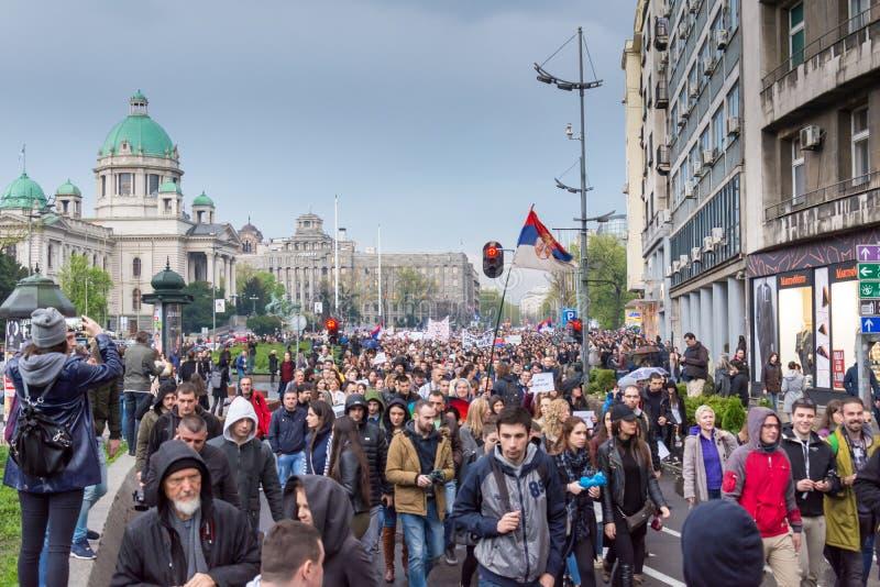Студенты приняли к улицам к протесту против сербского правительства стоковые фотографии rf
