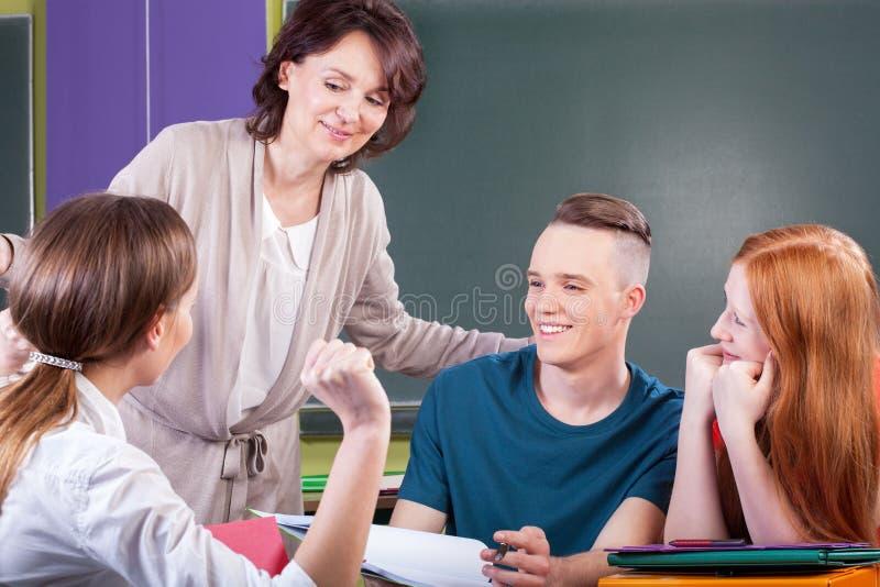 Студенты работая в группе на уроке стоковые фото