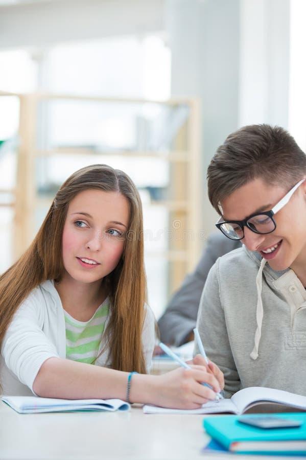 Студенты средней школы изучают совместно и помогают одину другого стоковые фото