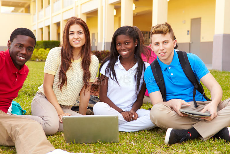 Студенты средней школы изучая Outdoors на кампусе стоковые изображения rf