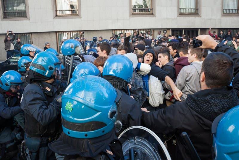 Студенты сталкиваются с полициями в милане, Италии стоковые изображения
