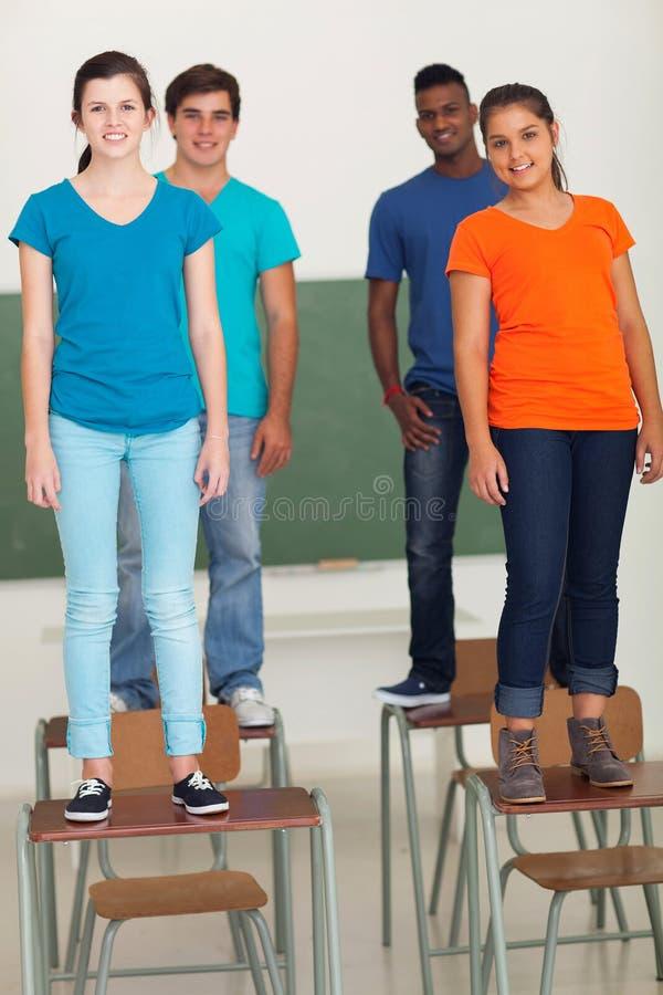 Студенты стоя столы стоковые изображения rf
