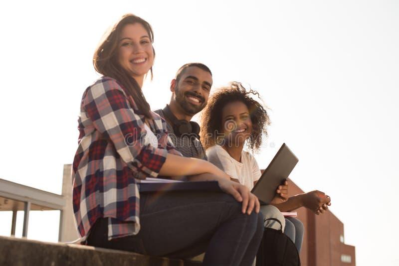 Студенты с компьтер-книжкой в кампусе стоковое изображение rf