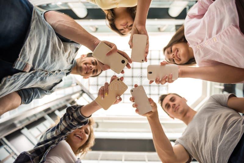 Студенты с устройствами стоковое изображение