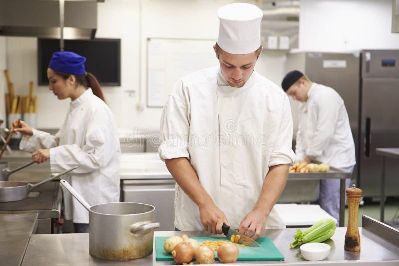 Студенты тренируя для работы в индустрии ресторанного обслуживании стоковая фотография rf