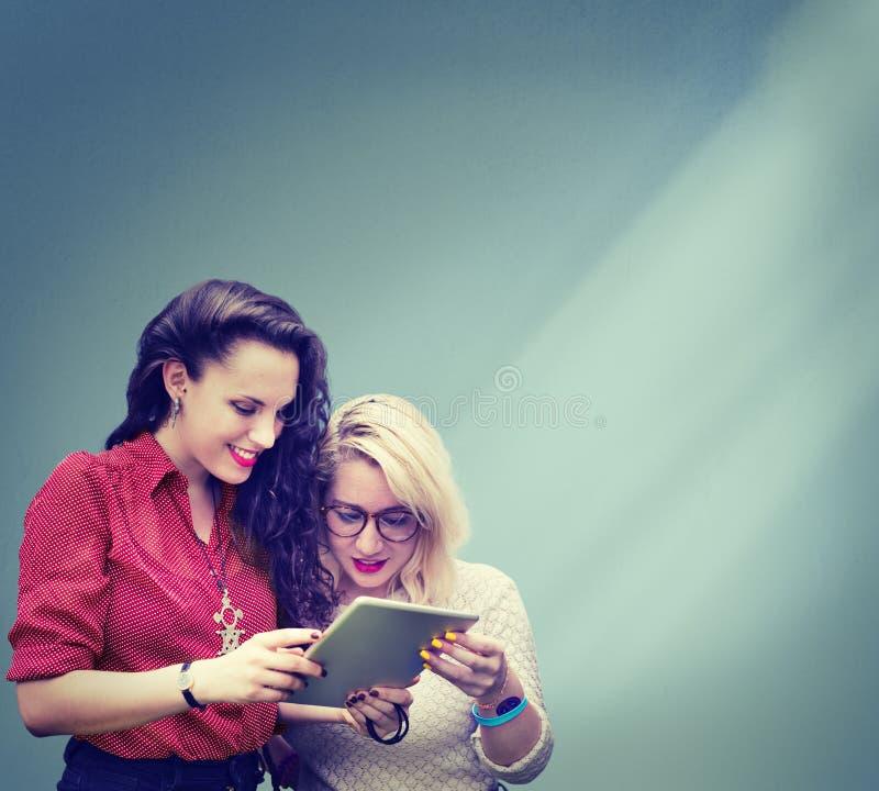 Студенты уча девушек средств массовой информации образования жизнерадостных социальных стоковое изображение rf
