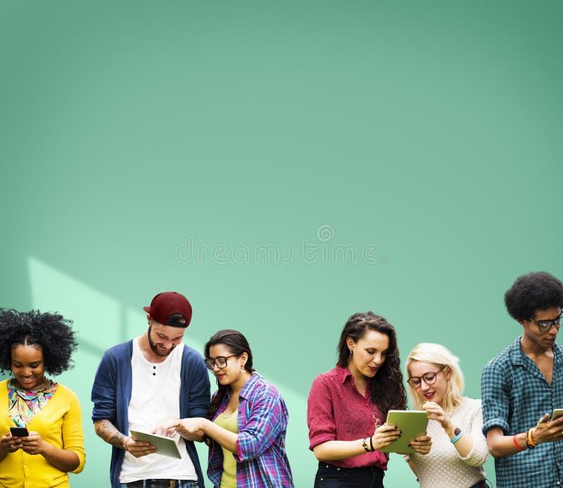 Студенты уча средства массовой информации образования жизнерадостные социальные стоковое изображение rf
