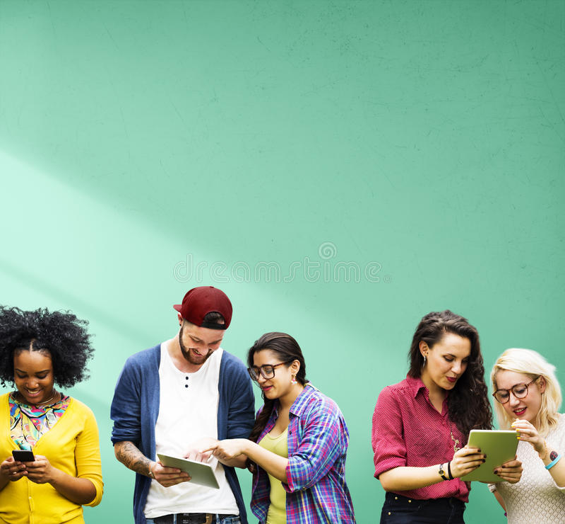 Студенты уча технологию средств массовой информации образования социальную стоковое фото rf
