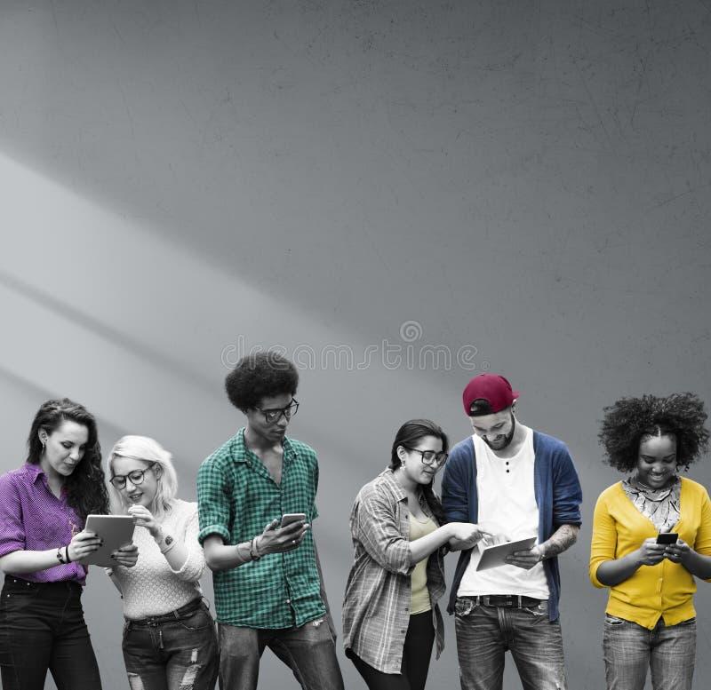 Студенты уча технологию средств массовой информации образования социальную стоковое фото