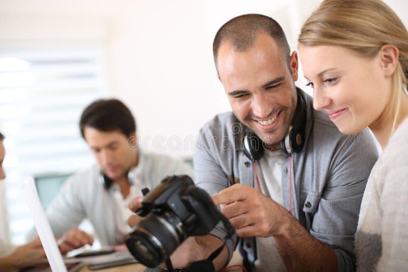 Студенты фотографии проверяя фото стоковые фото