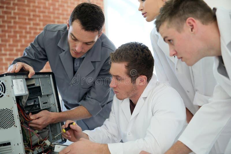Студенты Informatics уча от профессора стоковая фотография