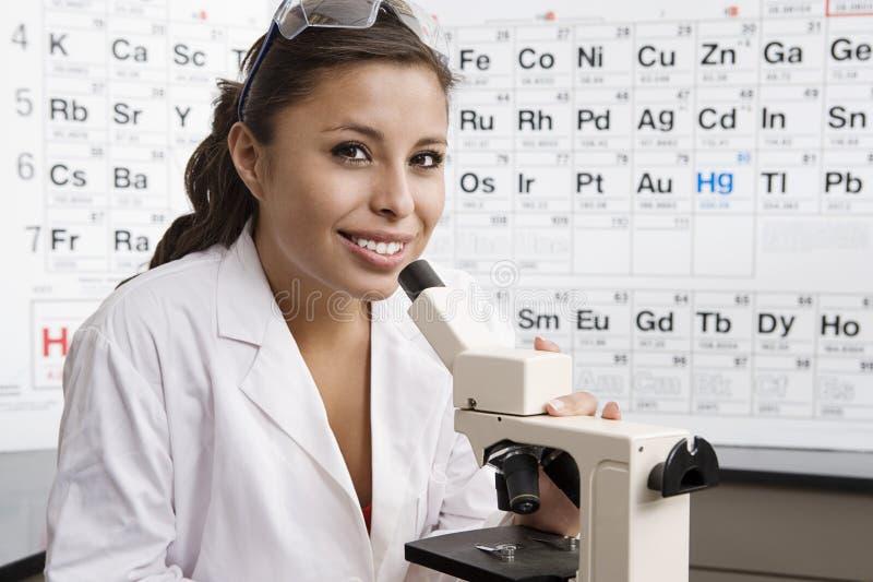 Студент в лаборатории науки стоковые изображения