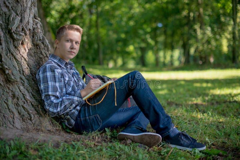 Студент в парке кампуса стоковое фото