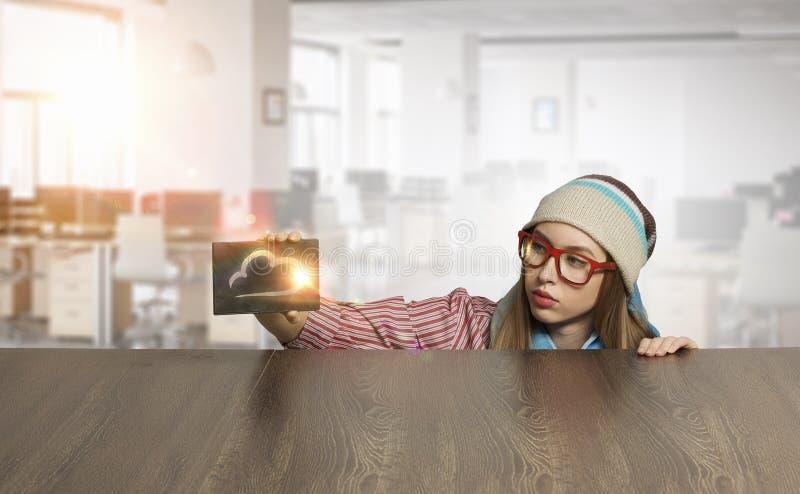 Download студент девушки милый Мультимедиа Стоковое Фото - изображение насчитывающей средства, карточка: 81808988
